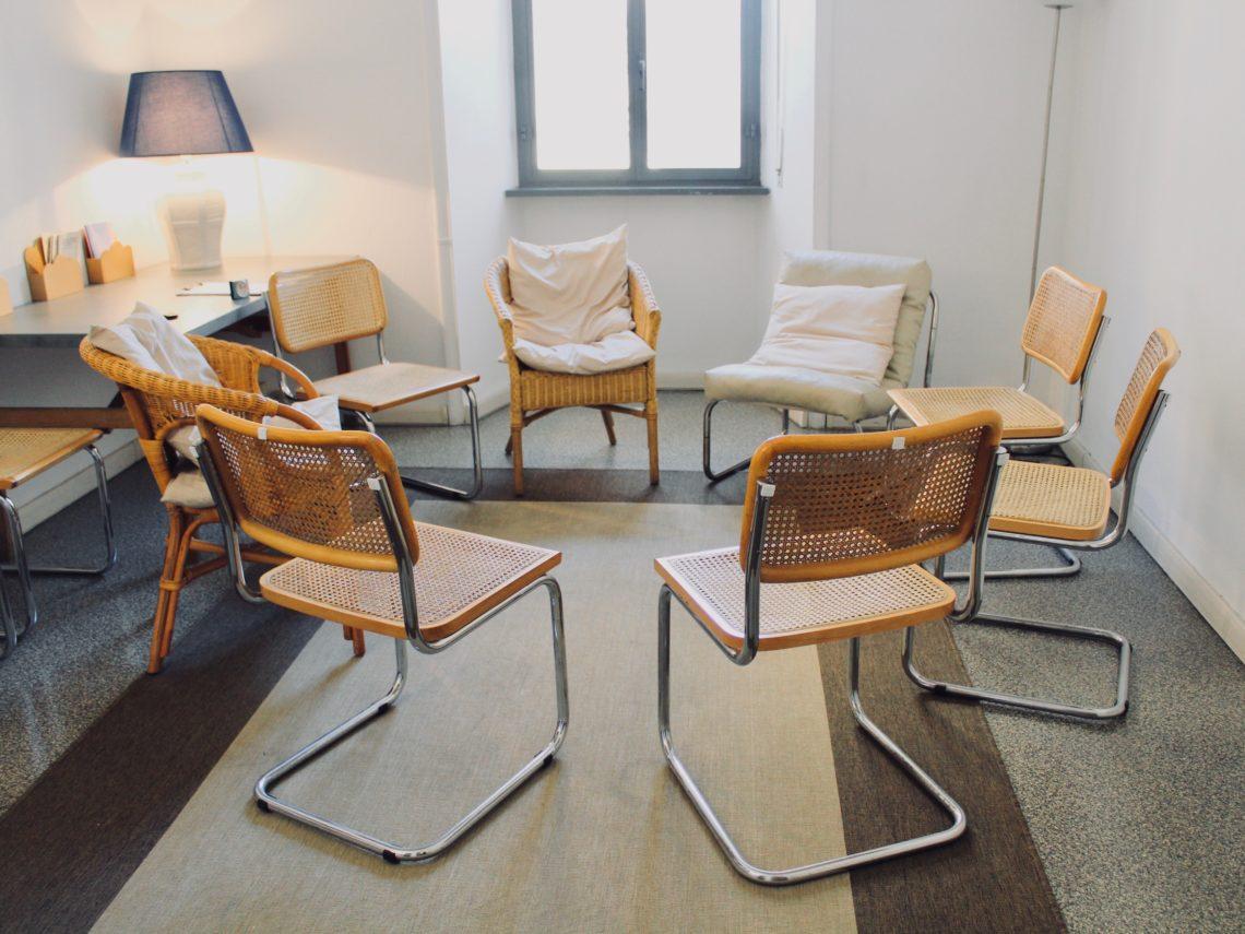 foto di sedie messe in cerchio nello studio ABA